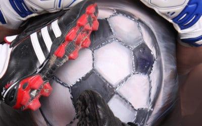 Babybauch als Fußball bemalt