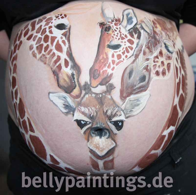 Bauchbemalung als Familienkunstwerk Giraffen Familie Bellypainting Bodypainting Entstehung3