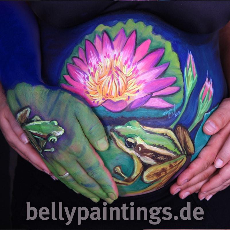 Einzigartige Babybauchbemalung aus Hochzeitsfoto und Hochzeitserinnerung Bali Frösche Lotus Bellypainting Bodypainting