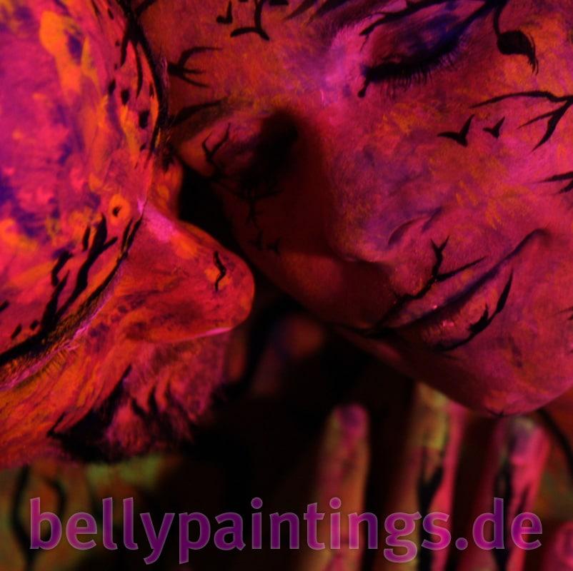 Bodypainting Bauchbemalung Urlaub vom Alltag Inniges Neon Schwarzlicht Liebespaar Babybauch bemalen